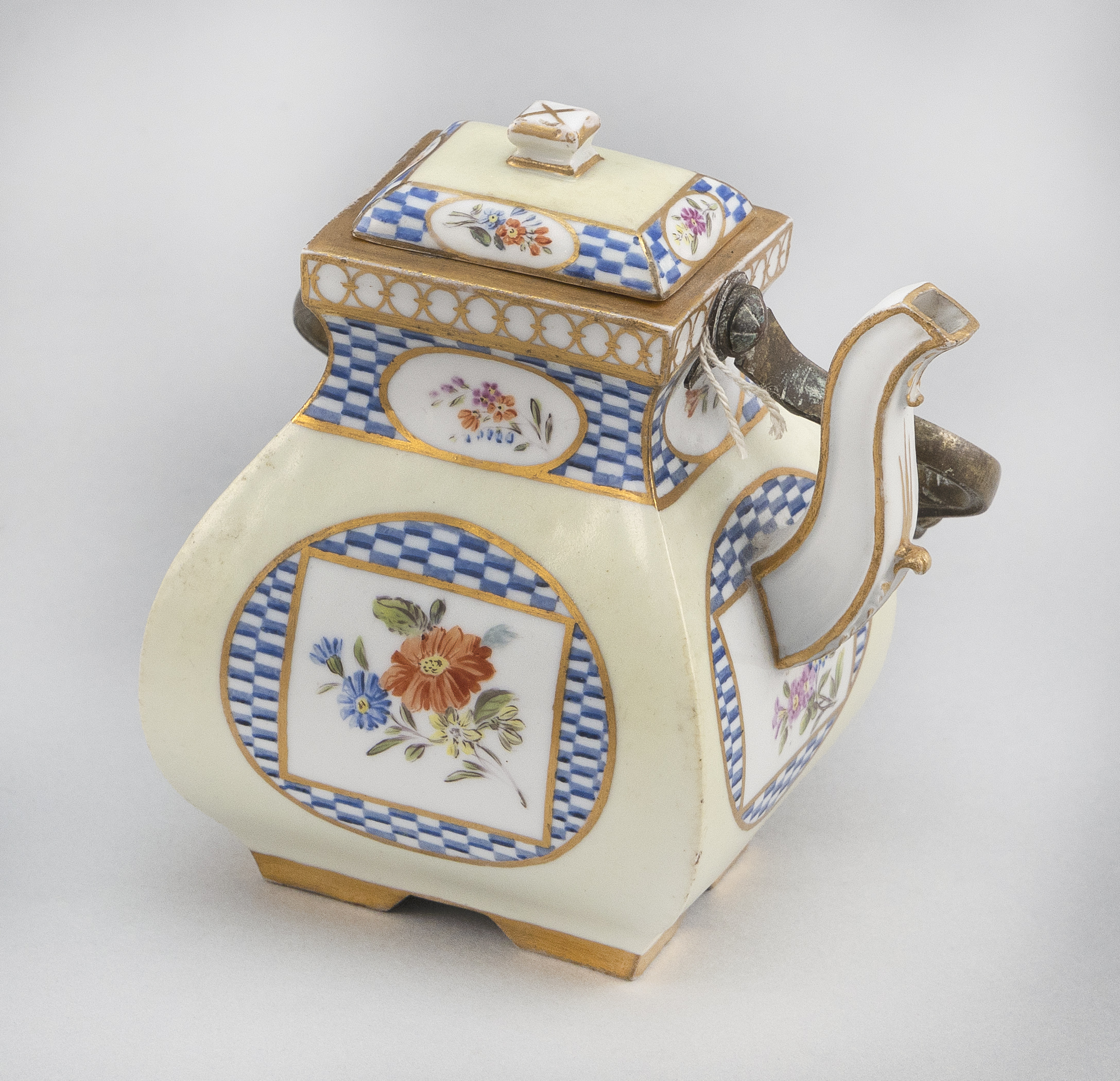 """MEISSEN MARCOLINI PERIOD PORCELAIN TEAPOT Germany, Circa 1774-1814 Height to top of cover 4.5""""."""