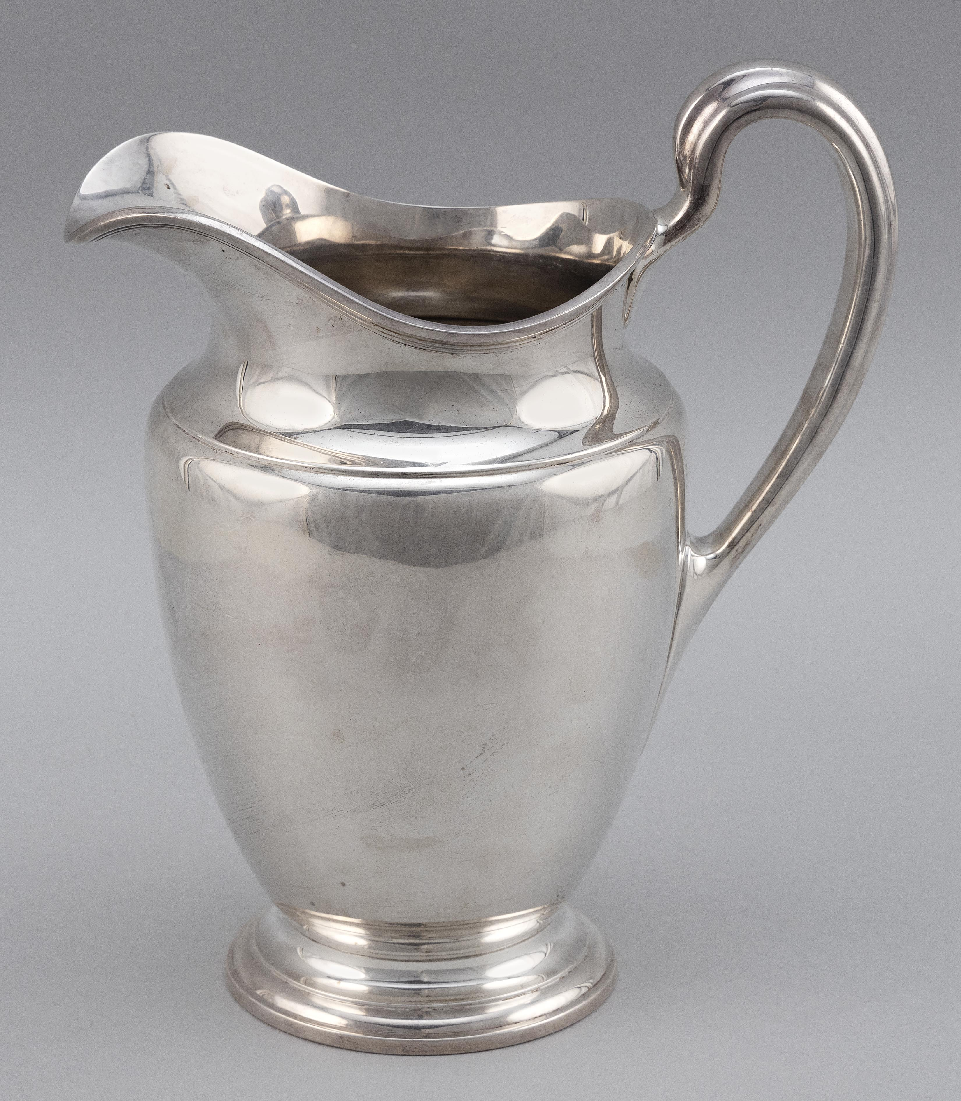 TIFFANY & CO. STERLING SILVER WATER PITCHER New York, 1907-1947 Approx. 33.0 troy oz.