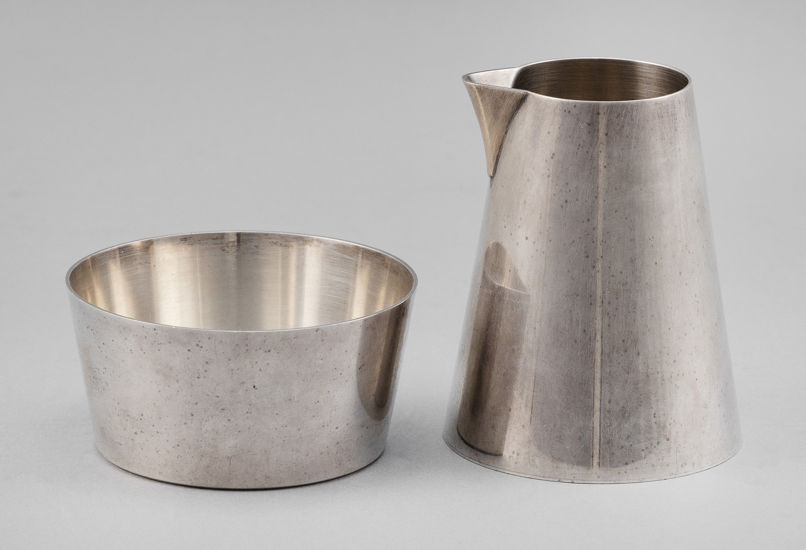 MODERNIST STERLING SILVER CREAMER AND OPEN SUGAR BOWL RETAILED BY TIFFANY & CO. Second Half of the 20th Century Approx. 8.5 troy oz.